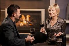 Vinho bebendo dos pares elegantes Fotografia de Stock Royalty Free