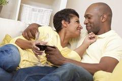 Vinho bebendo dos pares felizes do americano africano Fotografia de Stock