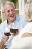Vinho bebendo dos pares sênior em casa Fotos de Stock Royalty Free
