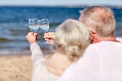 Vinho bebendo dos pares superiores felizes na praia do verão Fotos de Stock Royalty Free