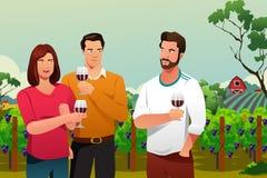 Vinho bebendo dos povos na adega Imagem de Stock