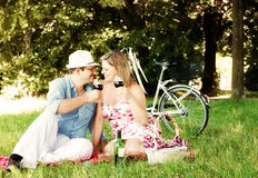 Vinho bebendo e olhar dos pares felizes em se Imagens de Stock Royalty Free