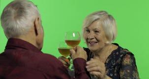 Vinho bebendo envelhecido superior da mulher com um companheiro idoso do homem na chave do croma filme