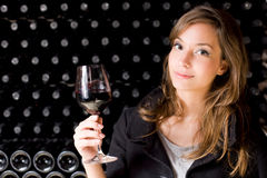 Vinho bonito do gosto da mulher nova. Imagem de Stock Royalty Free