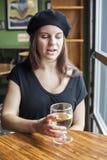 Vinho branco bebendo da jovem mulher Imagens de Stock