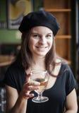 Vinho branco bebendo da jovem mulher Imagem de Stock