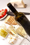 Vinho branco com aperitivo Imagens de Stock