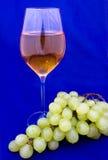 Vinho branco com uva Fotos de Stock