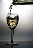 Vinho branco de derramamento Fotografia de Stock Royalty Free