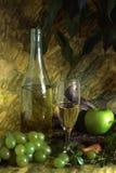 Vinho branco e frutas Fotografia de Stock Royalty Free