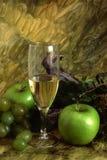 Vinho branco e multi frutas Foto de Stock
