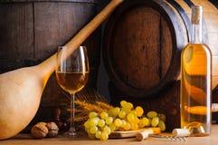 Vinho branco e tambores tradicionais Fotografia de Stock Royalty Free