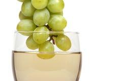 Vinho branco e uvas imagens de stock royalty free