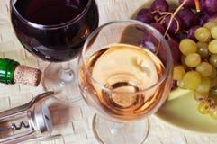 Vinho branco e vermelho fotos de stock