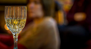 Vinho branco em Crystal Glass em um partido Foto de Stock Royalty Free