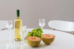 Vinho branco, melão e uvas imagens de stock royalty free