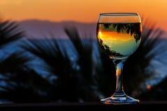 Vinho branco no fundo do mar do por do sol Foto de Stock Royalty Free