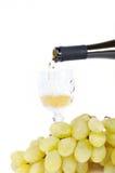 Vinho branco que derrama no cálice Fotos de Stock