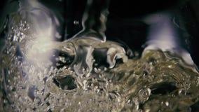 Vinho branco que espirra em um close-up de vidro Mo lento filme