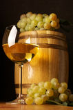 Vinho branco, uva e tambor Imagem de Stock Royalty Free
