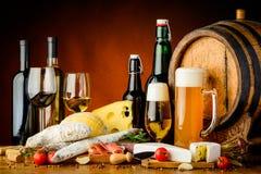 Vinho, cerveja e alimento Fotos de Stock