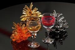 Vinho colorido do fnd dos cones do pinho Fotografia de Stock Royalty Free