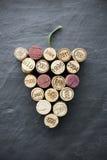 Vinho: Cortiça na fôrma da uva na ardósia imagem de stock royalty free