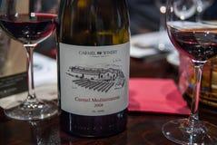 Vinho 2008 de Carmel Mediterranean na tabela em Carmel Winery Tasting Room fotografia de stock