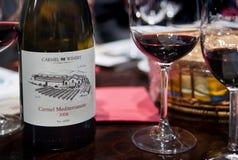 Vinho 2008 de Carmel Mediterranean na tabela em Carmel Winery Tasting Room foto de stock royalty free