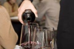 Vinho de derramamento Fotografia de Stock