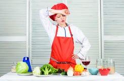 Vinho do cozimento e da bebida da dona de casa Aprecie ideias fáceis para o jantar A mulher aprecia cozinhar o alimento Tarefas d fotografia de stock