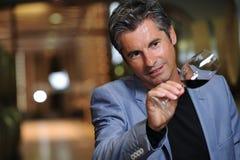 Vinho do gosto do homem em um adega-Winemaker Imagem de Stock Royalty Free