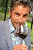 Vinho do gosto do homem em um castel-Winemaker Imagem de Stock