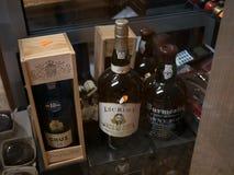 Vinho do Porto para a venda em uma loja no Algarve, Portugal fotografia de stock royalty free