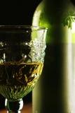 Vinho dourado do cálice Fotografia de Stock Royalty Free