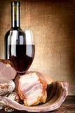 Vinho e carne em uma lona Imagem de Stock