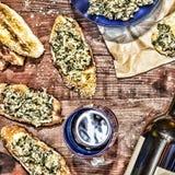 Vinho e crostini com uma pasta do abacate Gene o dia do ` s, ação de graças, Natal Fotografia de Stock