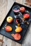 Vinho e especiarias ferventados com especiarias no fundo de madeira Fotos de Stock