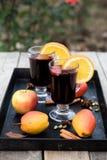 Vinho e especiarias ferventados com especiarias no fundo de madeira Foto de Stock