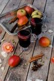 Vinho e especiarias ferventados com especiarias no fundo de madeira Fotografia de Stock Royalty Free