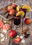 Vinho e especiarias ferventados com especiarias no fundo de madeira Foto de Stock Royalty Free