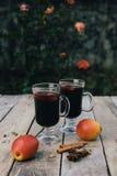 Vinho e especiarias ferventados com especiarias no fundo de madeira Imagem de Stock Royalty Free
