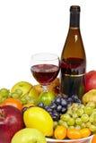 Vinho e fruta - ainda vida no fundo branco Fotografia de Stock Royalty Free