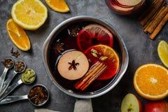 Vinho e ingredientes ferventados com especiarias imagens de stock