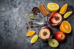Vinho e ingredientes ferventados com especiarias imagem de stock