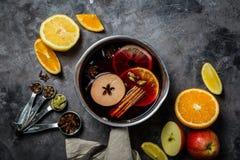Vinho e ingredientes ferventados com especiarias fotos de stock