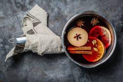 Vinho e ingredientes ferventados com especiarias foto de stock royalty free