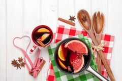 Vinho e ingredientes ferventados com especiarias Natal Fotografia de Stock Royalty Free