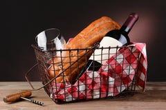 Vinho e pão na cesta do piquenique do fio fotos de stock