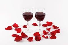 Vinho e pétalas cor-de-rosa fotografia de stock royalty free